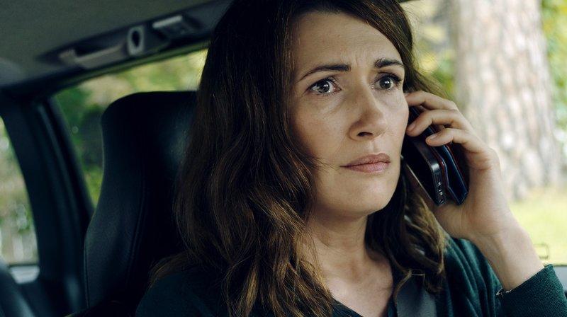 Bea (Claudia Mehnert) versucht, ihre Tochter Isy zu finden, die nach einem Streit verschwunden ist. – Bild: rbb/Jana Lämmerer