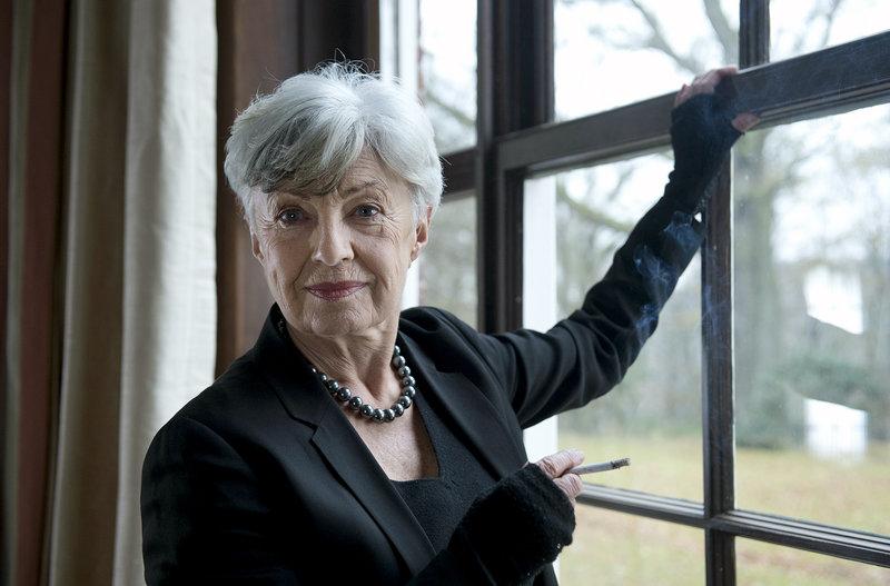 Frau Küppers hat eine Erscheinung: als sie einem Kaufinteressenten die Villa ihrer verstorbenen Mutter Renate (Nicole Heesters) zeigt, steht die alte Dame plötzlich vor ihr. – Bild: ARD/Thorsten Jander