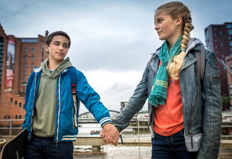 Dank Jacob (Levin du Hamél, re.) hat Stella (Zoe Malia Moon, li.) endlich die ersehnten Schmetterlinge im Bauch. – Bild: NDR/Boris Laewen