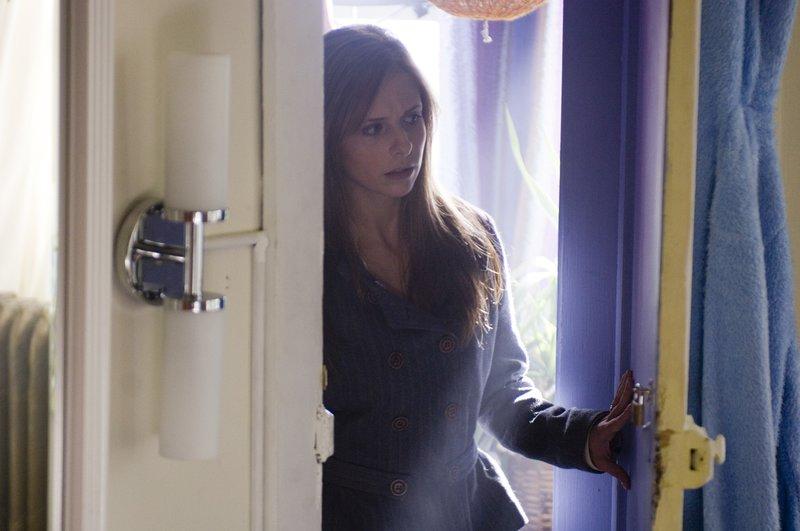 Obwohl sich Jess (Sarah Michelle Gellar) langsam zu ihrem veränderten Ehemann hingezogen fühlt, wird sie jedoch das Gefühl nicht los, dass etwas Böses sie umgibt ... – Bild: ProSieben Lizenzbild frei