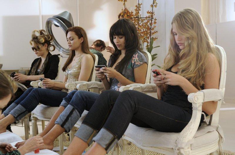 Reich und verzogen (von links nach rechts): Shelly (Chanel Farrell), Alyssa (Cody Horn), Sara (Esti Ginzburg) und Gabby (Zoë Kravitz). – Bild: ARD Degeto/