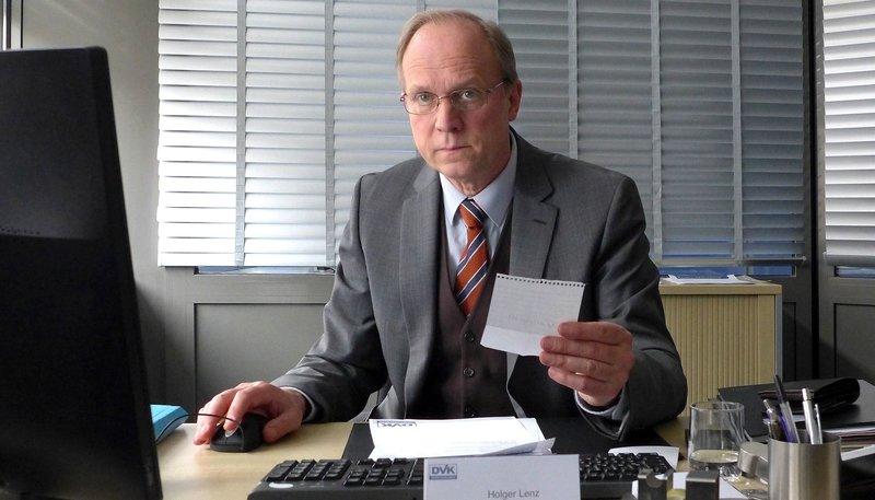 Sein Alltag ist grau: Holger Lenz (Ulrich Tukur), stellvertretender Bezirksleiter einer Versicherung. – Bild: ARD Degeto/Hans-Joachim Pfeiffer