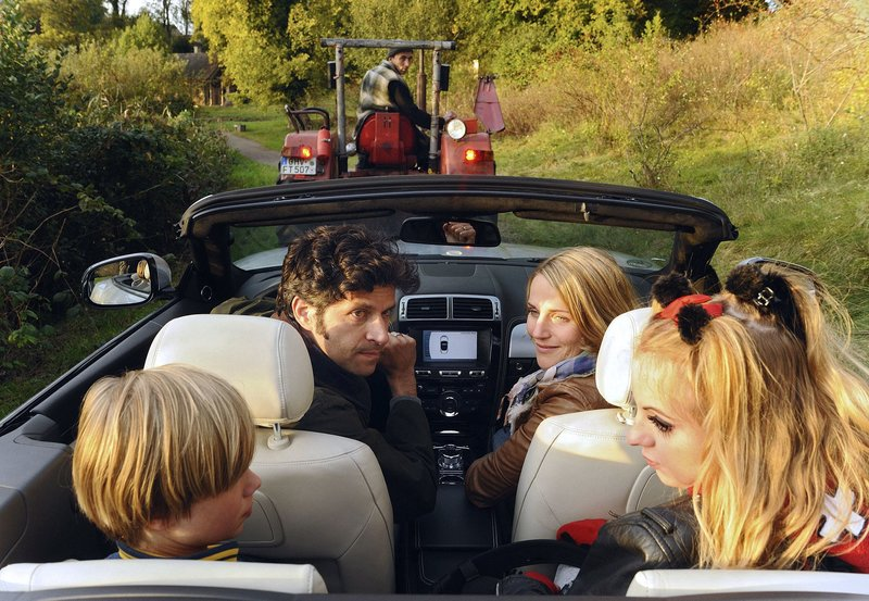 Moritz (Pasquale Aleardi) ist entsetzt darüber, dass Nina (Tanja Wedhorn, rechts) und ihre beiden Kinder Max (Tom Hoßbach) und Jule (Camares Amonat) sein heiß geliebtes Auto in eine fahrende Müllkippe verwandeln. – Bild: ARD Degeto/Hardy Spitz