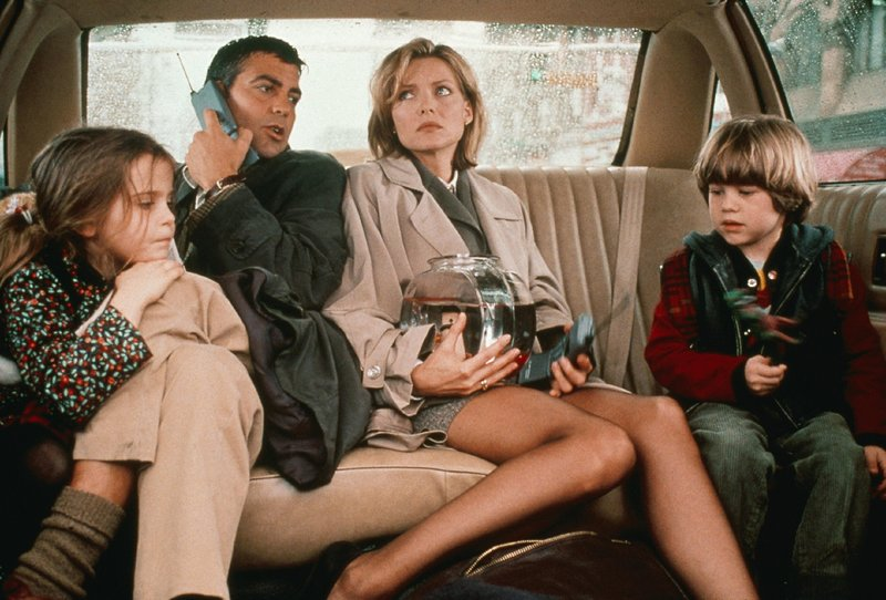 Melanie (Michelle Pfeiffer) und Jack (George Clooney) wissen nicht, wie sie an diesem Tag Karriere und Kinder (Mae Whitman und Alex D. Linz) unter einen Hut bringen sollen. Die Lösung heißt: Babysitting im Schichtwechsel. – Bild: VOX/Universal Studios