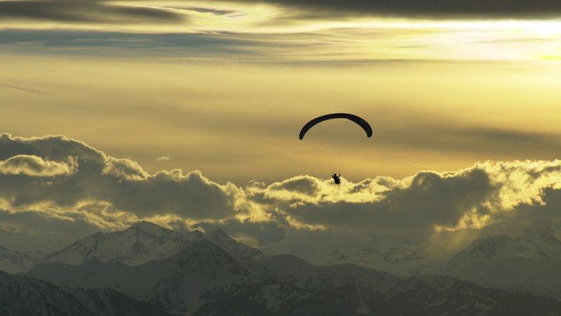Sanfter Tourismus: Der Hausberg in Werfenweng liegt so günstig, dass er sich ideal zum Paragliding eignet. – Bild: ORF