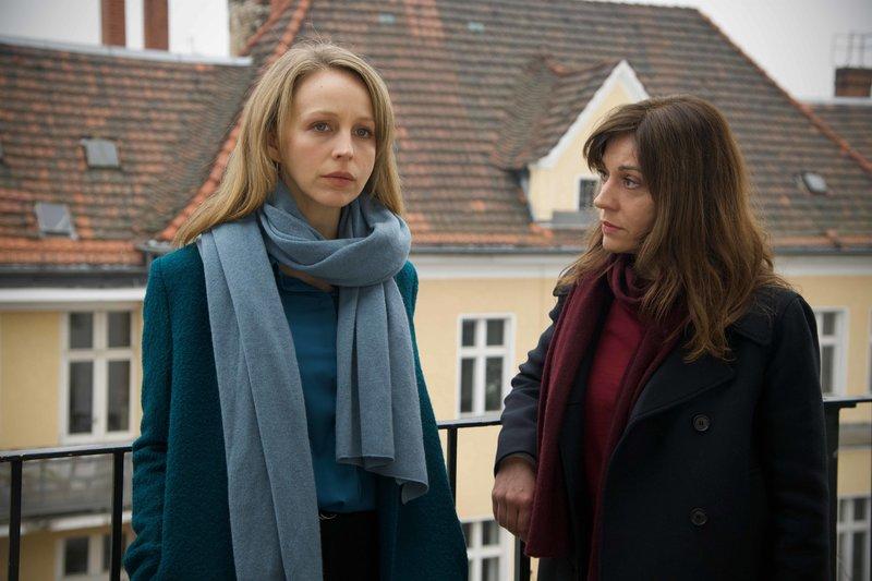Kara Bischoff (Petra Schmidt-Schaller, l.) und Sibylle Deininger (Ulrike C. Tscharre, r.) versuchen herauszufinden, wer der Mörder sein könnte. – Bild: ZDF und Hardy Spitz.