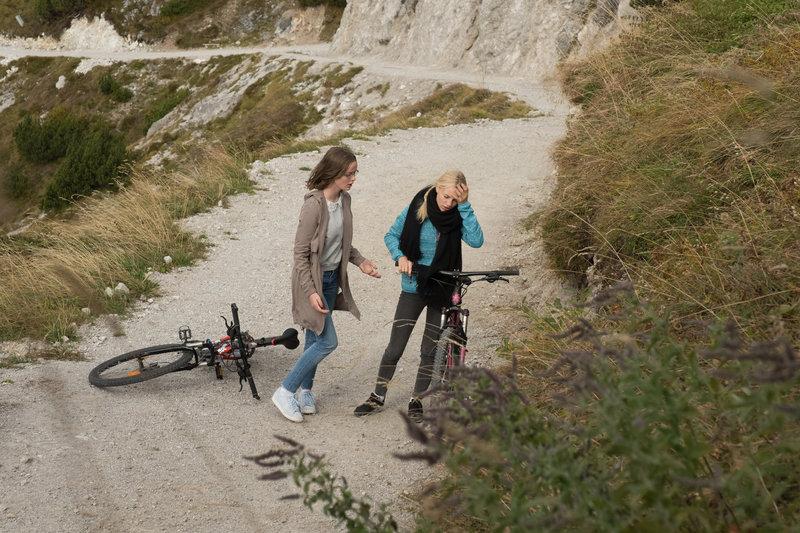 Bei der Fahrt durch die Berge kommt Lena (Louise Sophie Arnold, r.) kurz ins Taumeln. Jette (Lisa Bahati Wihstutz, l.) ist besorgt. – Bild: ZDF und Raymond Roemke
