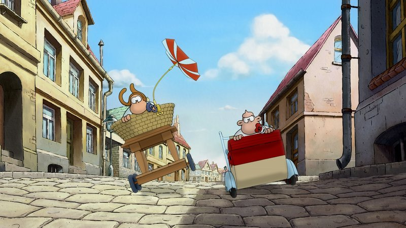 In ihren Kinderwagen kämpfen Werner (l.) und Holgi um den Sieg des Rennens. – Bild: 2011 Constantin Film Verleih G