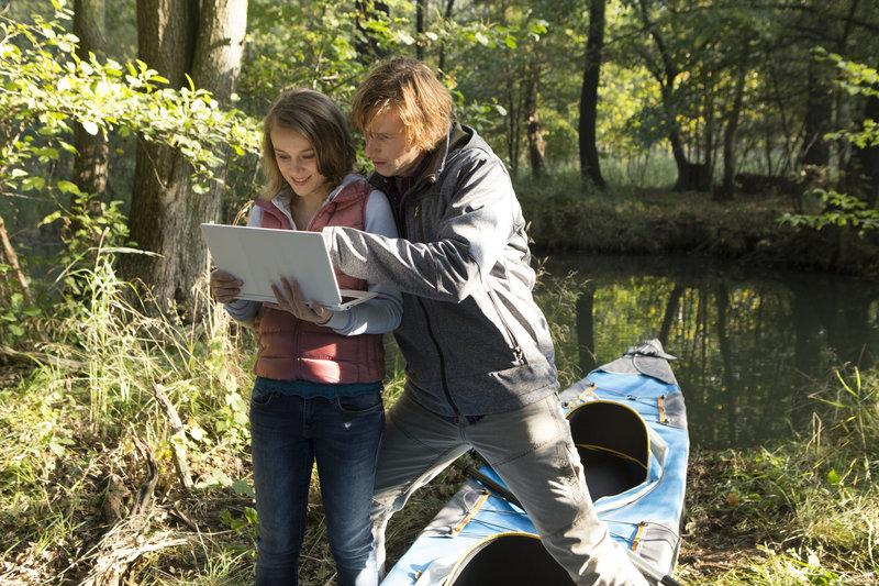 """""""Geocatching"""" im Spreewald: Georg Dissen (Golo Euler, r.) und Mandy Pape (Anke Retzlaff, l.) sind schon nah dran. – Bild: ZDF und Julia von Vietinghoff"""