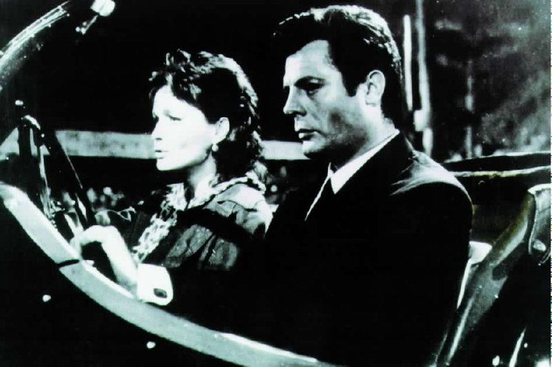 In einer römischen Nachtbar lernt der Skandalreporter Marcello (Marcello Matroianni) die elegante Tochter eines Millionärs (Anouk Aimèe) kennen. Wie stets ist er auch diesmal einem kurzen Abenteuer nicht abgeneigt. – Bild: Servus TV