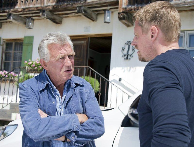 Franz (Heinz Marecek, l.) und Andreas (Martin Gruber, r.) beratschlagen, wo man nach den Vermissten suchen könnte. – Bild: ZDF und Thomas R. Schumann
