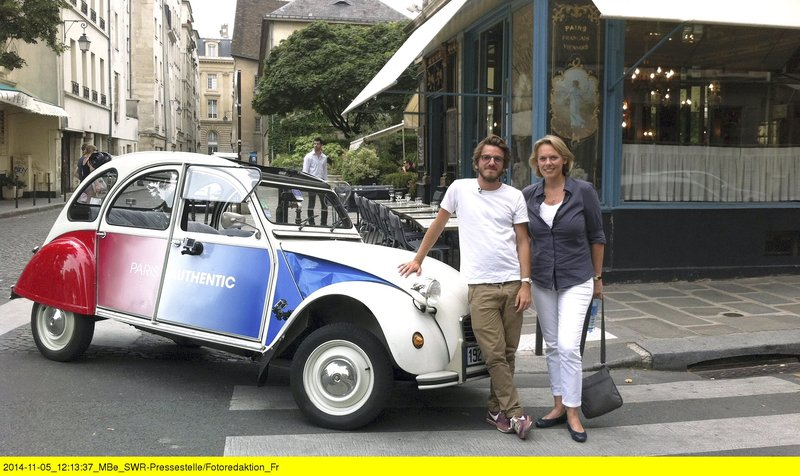 Martin Petit bietet Paris-Touren per Ente an, rechts Ute Brucker. – Bild: ZDF und SWR/David Rösch