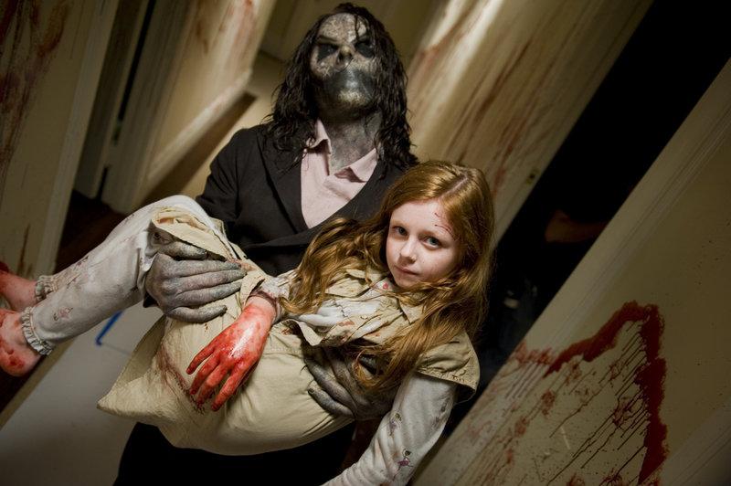 Spielt ihm seine Fantasie einen Streich oder verliert Ellison seine Tochter Ashley (Clare Foley)? – Bild: 2011 GAME CHANGE Lizenzbild frei