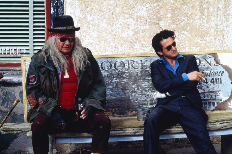 Glücksspieler Bobby Cooper (Sean Penn, r.) kann sich nicht mit dem Ort Superior anfreunden. Überall trifft er auf seltsame Gestalten, auch mit dem blinden Halbindianer (Jon Voight, l.) kann er nichts anfangen. – Bild: ZDF und Zade Rosenthal./Zade Rosenthal