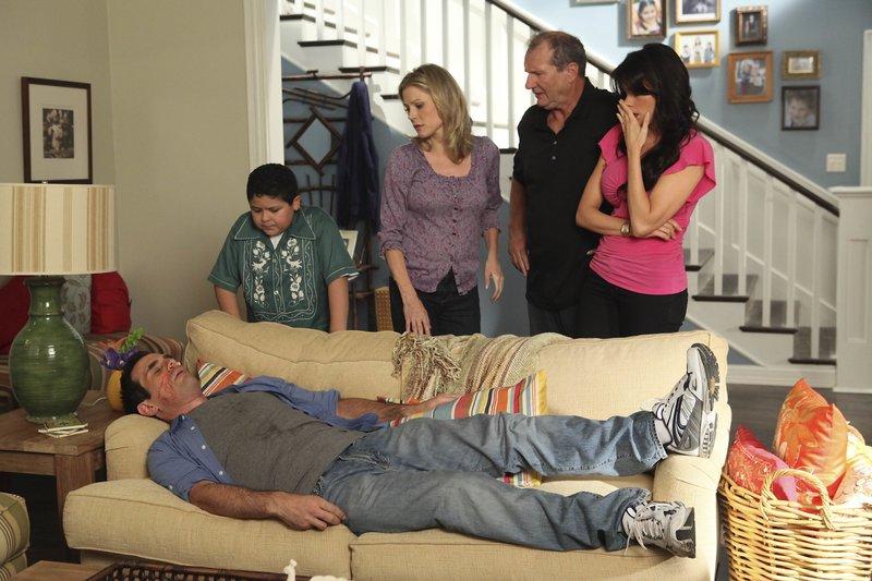 L-R: Phil Dunphy (Ty Burrell), Manny Delgado (Rico Rodriguez), Claire Dunphy (Julie Bowen), Jay Pritchett (Ed O'Neill), Gloria Delgado-Pritchett (Sofía Vergara). – Bild: Comedy Central