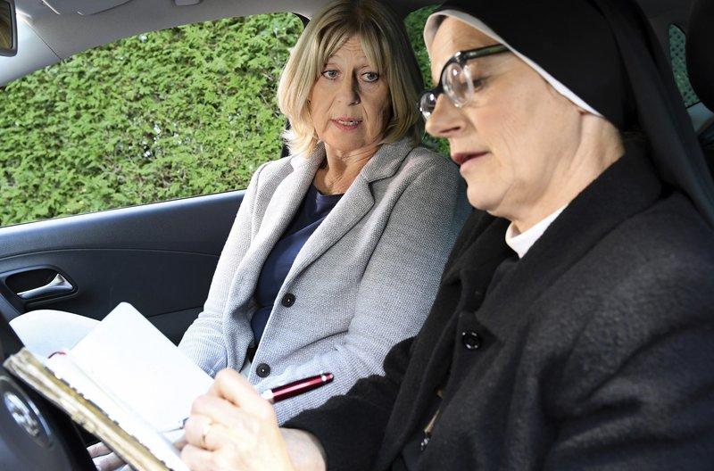 Dr. Wohlschlegel (Mona Seefried, l.) erklärt Schwester Hildegard (Andrea Sihler, r.), dass die Mutter Oberin völlig überarbeitet ist und eine Auszeit braucht. – Bild: ARD/Barbara Bauriedl