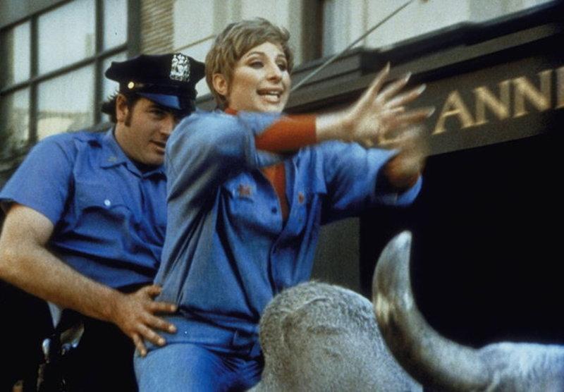 Rodeo auf der 5th Avenue! Henrys (Barbra Streisand) entlaufene Rinder legen den Verkehr in Manhattan lahm. – Bild: Paramount Pictures Lizenzbild frei