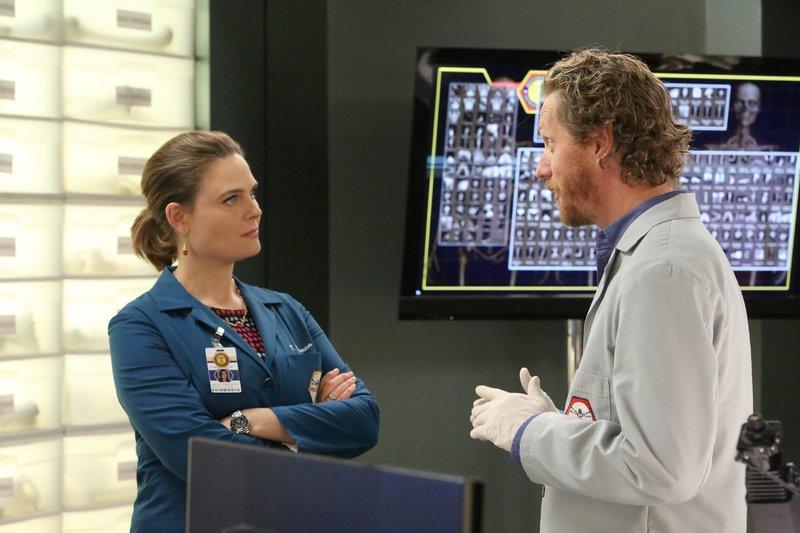 Brennan (Emily Deschanel) und Dr. Oliver Wells (Brian Klugman) müssen sich mit einer Leiche beschäftigen, die im vereisten Potomac River gefunden wurde. Die Verwendung des sendungsbezogenen Materials ist nur mit dem Hinweis und Verlinkung auf TVNOW gestattet. – Bild: TVNOW / FOX
