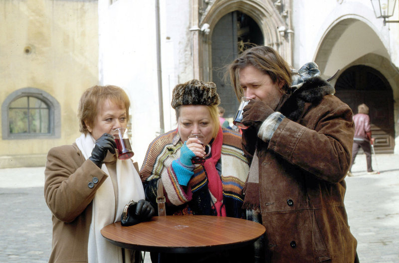 Mitten im winterlichen Einkaufstrubel lernt Sophie (Enzi Fuchs, links) das Obdachlosenpärchen Adam (Michael Brandner) und Eva (Marianne Sägebrecht) kennen. Sie lädt sie zu sich zum Essen ein. – Bild: HR/Sat.1