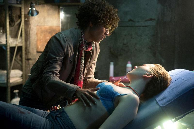 Jordan Turner (Halle Berry, l.) hat die entführte Casey (Abigail Breslin, r.) in einem unterirdischen Versteck ausfindig gemacht. – Bild: ZDF und Greg Gayne