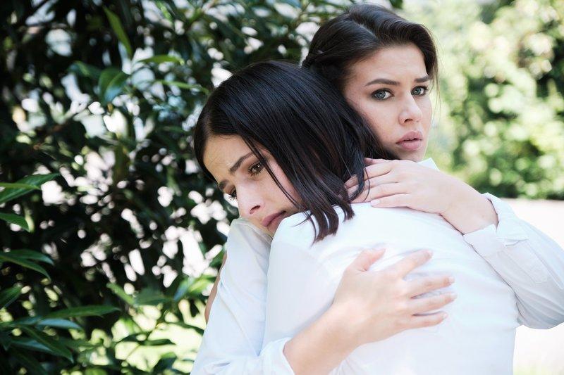 Die verzweifelte Larissa (Linda König, l.) wird unerwartet von Vivien (Sharon Berlinghoff) aufgefangen. – Bild: TVNOW / Stefan Behrens