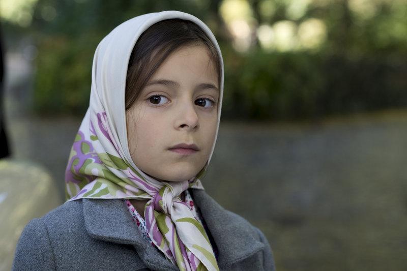 Hewi Amedi (Mia Kasalo) steht mit einer deutschen Mutter und einem kurdischen Vater zwischen zwei Kulturen – Bild: ZDF und Thorsten Jander