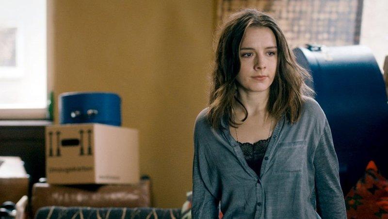 Mascha (Marie Rosa Tietjen) glaubt, etwas in ihrem Leben ändern zu müssen, und hat sich deshalb von ihrem Freund getrennt. – Bild: ART