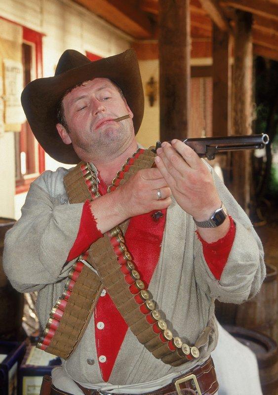 Vor dem Duell will Benno (Willi Thomczyk) ganz sicher gehen, dass sein Schießeisen auch funktioniert. – Bild: TVNOW