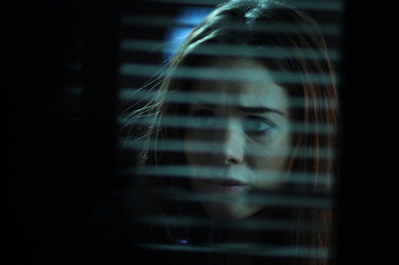 Begeht den folgenschweren Fehler, dem Mörder Maynard zu vertrauen: Lita (Roxanne McKee, r.) ... – Bild: Constantin Film Verleih GmbH Lizenzbild frei
