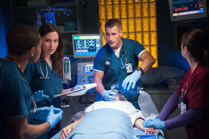 V.l.: Dr. Paul Cummings (Robert Bailey Jr.), Dr. Jordan Alexander (Jill Flint), Candy (Megan Stevenson) und Dr. Drew Alister (Brendan Fehr). – Bild: MG RTL D / Sony Pictures Television