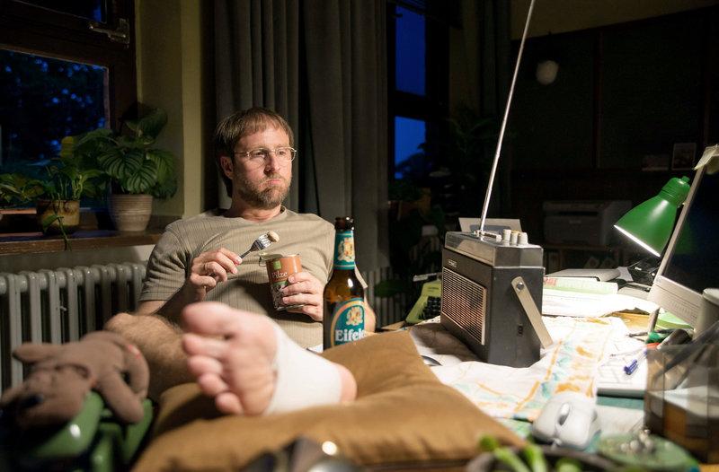 Dietmar Schäffer (Bjarne Mädel) ist auf die Wache gezogen, zu Hause ist es ihm zu bunt geworden. – Bild: rbb/Michael Böhme
