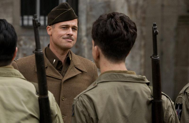 """Himmelfahrtskommando: Leutnant Aldo Raine (Brad Pitt) befehligt einen Trupp jüdischer Soldaten, """"Bastards"""" genannt, die hinter feindlichen Linien auf französischem Boden Angst und Schrecken unter deutschen Soldaten verbreiten ... – Bild: TV Puls"""