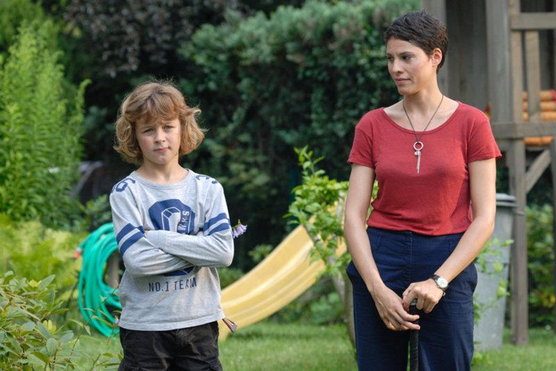 Hat Jan (Max Boekhoff, l.) in Lisa (Jasmin Gerat, r.) die richtige Frau für seinen Vater gefunden? – Bild: SAT.1 Eigenproduktionsbild frei
