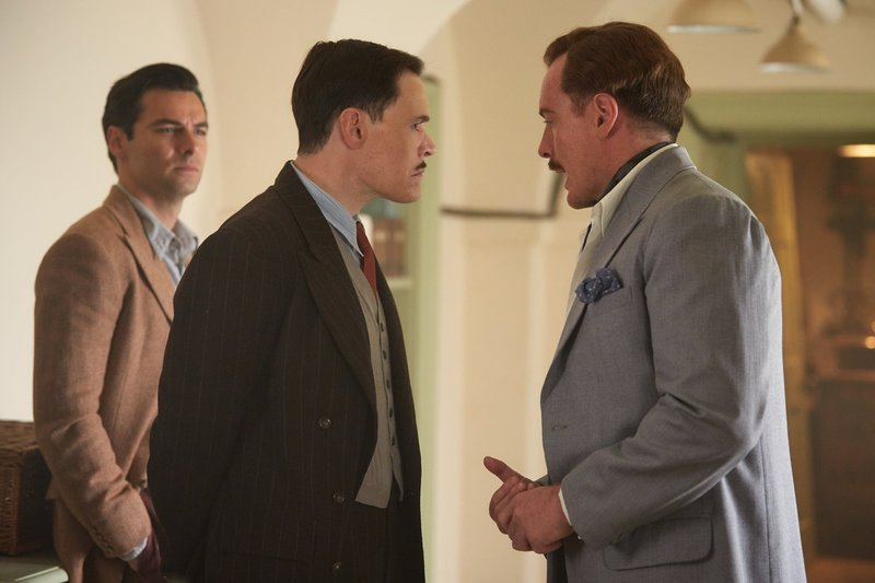 V.l.: Philip Lombard (Aidan Turner), William Blore (Burn Gorman), Edward Armstrong (Toby Stephens) – Bild: TVNOW / © 2016 A+E Networks