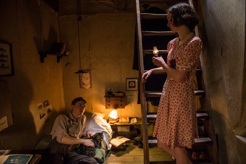 Anne Frank (Lea van Acken), Peter van Daan (Leonard Carow). – Bild: Universal