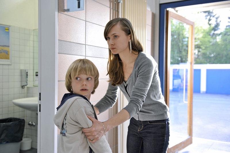 Felix (Nikolas Beyer) und das Au-pair-Mädchen Milla (Alina Levshin) sind aufeinander eingespielt. – Bild: ZDF / © ZDF/Heike Ulrich