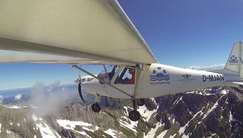 Mit dem Leichtflugzeug will die Sea-Watch Flüchtlinge in Seenot finden. – Bild: WDR