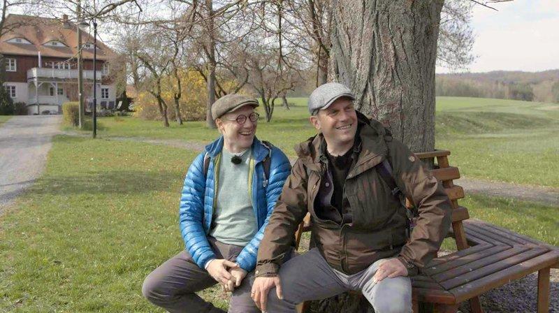 Sebastian Bezzel (rechts) und Simon Schwarz besuchen das Internatsdorf Haubinda in Thüringen. – Bild: BR/Labo M GmbH