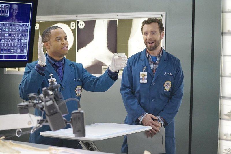 Clark (Eugene Byrd, l.) entpuppt sich zu Hodgins' (T.J. Thyne) Begeisterung als ambitionierter Hobby-Magier. – Bild: TVNOW / FOX