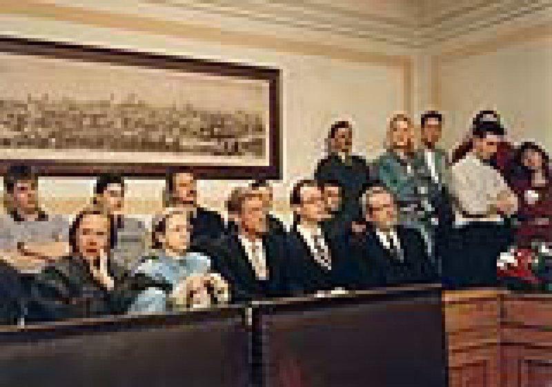 Im Gerichtssaal: Dr. Gruber (Volker Prechtel, Mitte), Oberstaatsanwalt Rensch (Alexander Duda, 2. von rechts) und Ministerialdirigent Berghofer (Harry Täschner, 3. von rechts). – Bild: Bayerisches Fernsehen