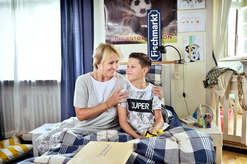 Mechthild Fehrenbach (Diana Körner, l.) will ihren Enkel Niklas (Noah Calvin, r.) aufheitern. Der wäre lieber in Hamburg geblieben. – Bild: Das Erste