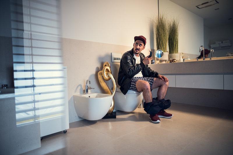 Sol (Eko Fresh) soll sich für seinen Einsatz noch rasieren. – Bild: ZDF und Efe Cetinoezman