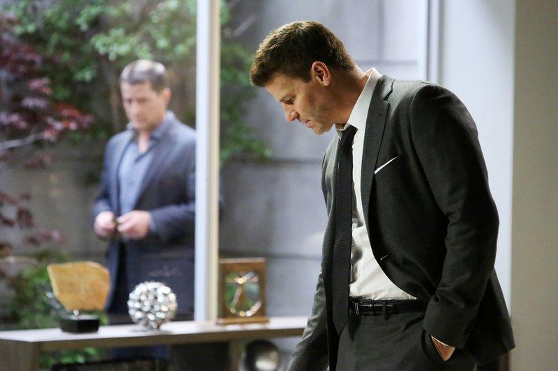Booth (David Boreanaz, r.) traut Brennans Therapeuten Dr. Brandon Faulk (Timothy Sanders Guinee) nicht. Er ist fest davon überzeugt, dass er etwas mit dem Fall zu tun hat. – Bild: RTL / FOX