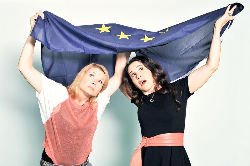 """Annette Frier und Antonia de Rendinger moderieren die zehnteilige Reihe """"Ach, Europa!"""". – Bild: ZDF und Roland Breitschuh"""