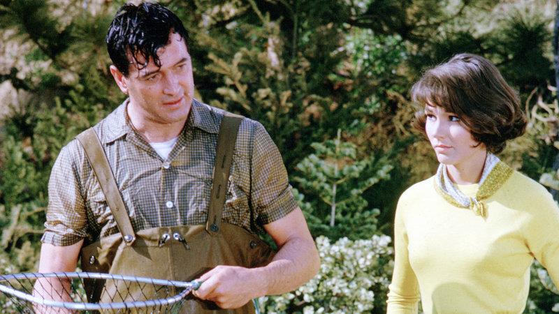 Auf Drängen der PR-Beraterin Abigail (Paula Prentiss) soll der vermeintliche Angel-Experte Roger (Rock Hudson) an einem Wettbewerb teilnehmen. Doch dabei stellt sich heraus, dass Roger noch nie einen Fisch an Land gezogen hat... – Bild: RTL II