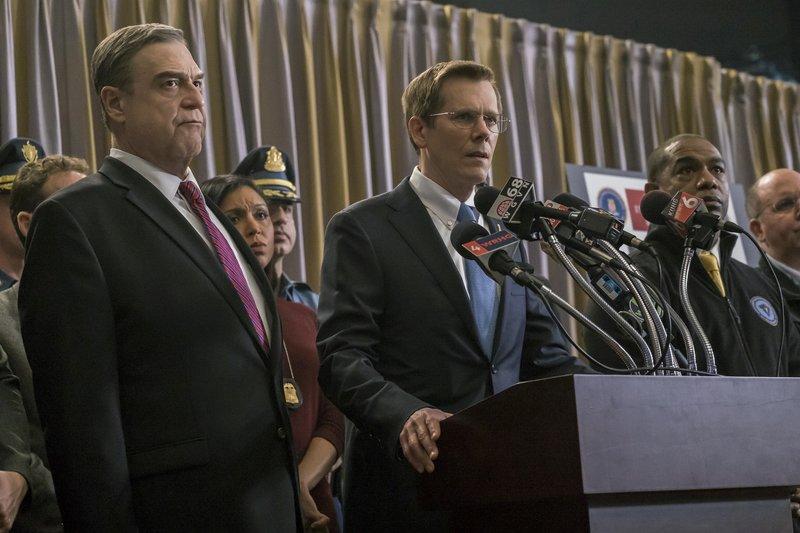 Um die Öffentlichkeit bei der Suche nach den Attentätern einzubinden informiert FBI Special Agent Richard DesLauriers (Kevin Bacon) und Commissioner Ed Davis (John Goodman) die Medien über den Stand der Ermittlungen. – Bild: ORF