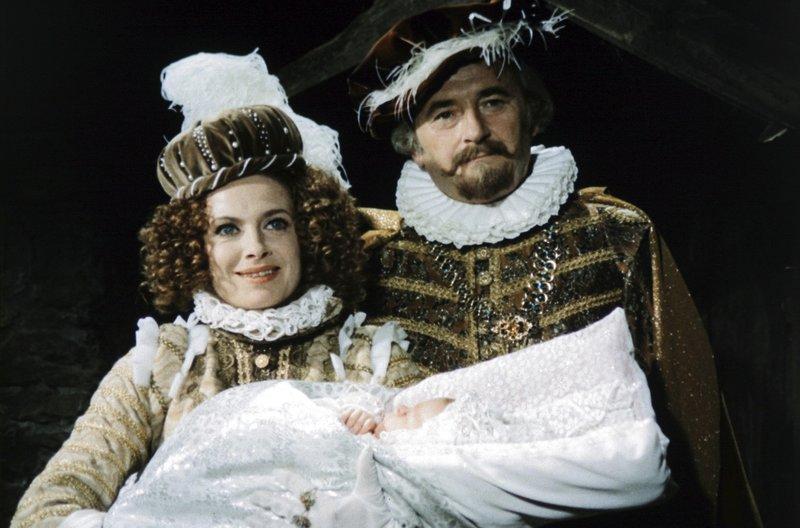 Milena Dvorská (Königin Hortensie, Mutter von Rosentraut), (Prinzessin Rosentraut als Baby), Jiří Sovák (König Rautenstrauch V., Vater von Prinzessin Rosentraut) – Bild: MDR/Barrandov-Filmstudio