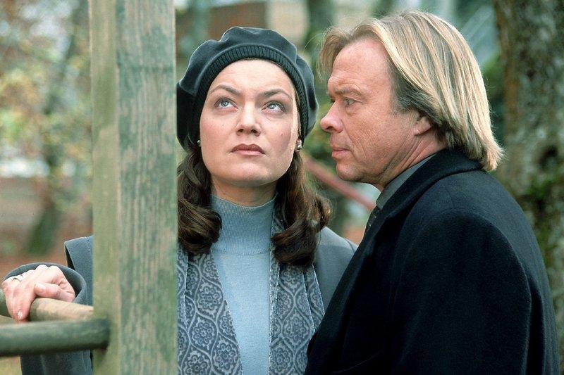 Ellen Treckler (Marion Mitterhammer) bringt nicht den Mut auf, ihrem Ehemann Hartmut (Volker Lechtenbrink) die Wahrheit über ihre Vergangenheit zu sagen... – Bild: TVNOW / Elke Werner