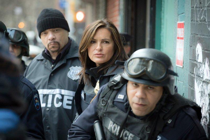 Odafin 'Fin' Tutuola (Ice-T, l.) und Olivia Benson (Mariska Hargitay) suchen nach einer entführten Videospiel-Entwicklerin. Das vermutliche Opfer ist zu letzt geschlagen und vergewaltigt im Netz gefilmt worden. – Bild: 2015 NBCUniversal Media, LLC Foto: MG RTL D / Universal