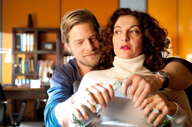 Als Mick (Henning Baum, l.) erfährt, dass Tanja (Proschat Madani, r.) per Internet auf Männersuche geht und sich zu einem Blind Date verabredet, heftet er sich an ihre Fersen. Ein fataler Fehler. – Bild: ORF 1